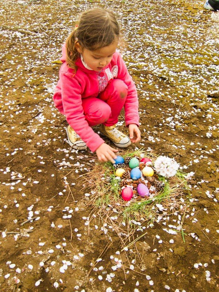 a to moja Wielkanoc; pisanki wśród płatków kwiatów wiśni