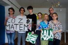 Aktywistki i aktywiści ruchu Młodzieżowy Strajk Klimatyczny sponiewierani przez zwolenników Andrzeja Dudy podczas jego wiecu wyborczego w Krakowie. W niebieskiej koszuli jest Weronika Woźniak.