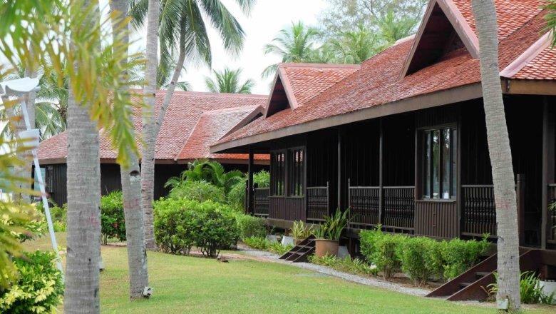 Luksusowe pokoje w drewnianych willach z tarasami i bezpłatnym dostępem do internetu. Hotel Meritus Pelangi Beach nie jest tani, ale na booking.com można znaleźć atrakcyjne promocje.