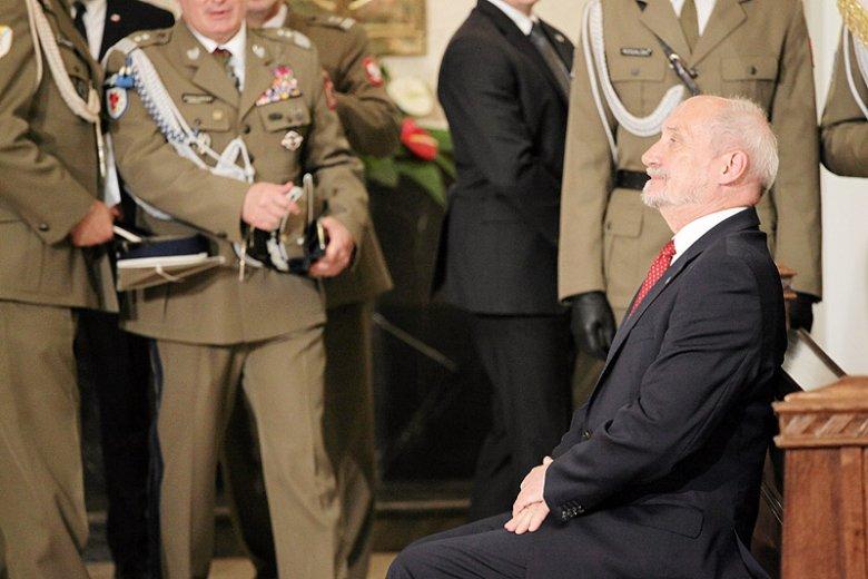 Minister obrony narodowej Antoni Macierewicz tylko podsyca kontrowersje wokół odznaczenia dla swojego rzecznika.