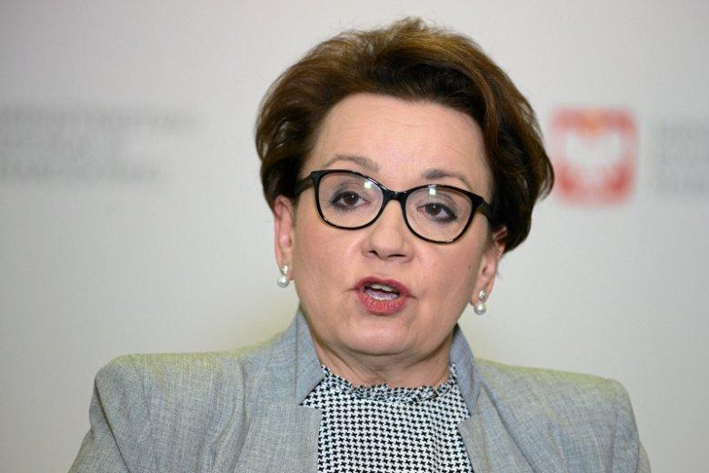 Anna Zalewska pokazała, ile zarabiają teraz i ile będą zarabiać nauczyciele. Tyle że w szkołach nikt raczej takich płac nie widział.
