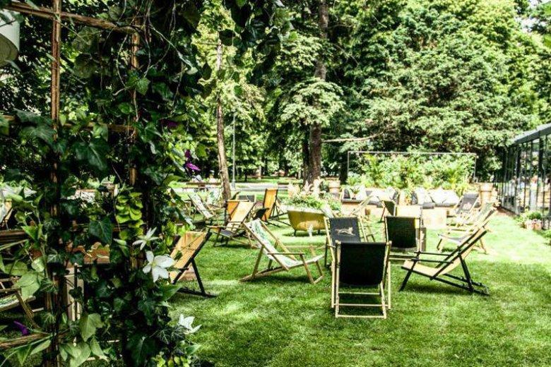 Wakacje w Warszawie to przede wszystkim ogródki restauracyjne, w których można poczuć się jak w przydomowym ogrodzie.