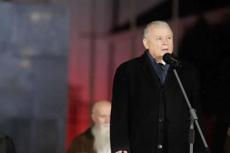 Jarosław Kaczyński podczas 95. miesięcznicy katastrofy smoleńskiej. Organizowano je, by upamiętnić ofiary tragedii.