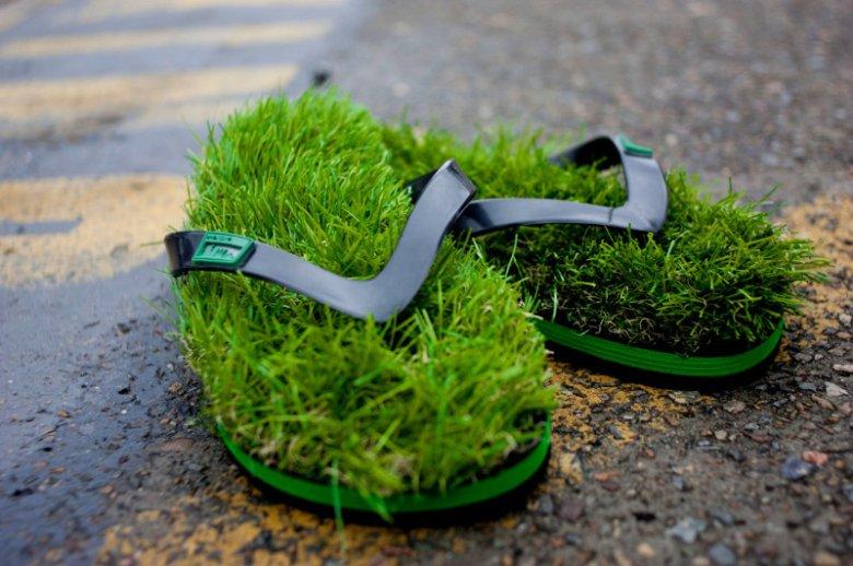 Ci, którzy nie mogą doczekać się majówkowego czy wakacyjnego biegania boso po trawie, mogą kupić klapki KUSA, które wyścielone są... trawą.