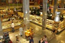 """Sklepy z organiczną żywnością zyskują coraz więcej klientów. Jednak produkty sprzedawane pod """"ekologiczną""""  marką nie zawsze stanowią wartościową żywność"""