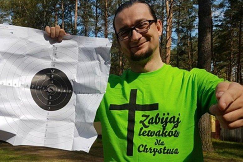 """Polski """"milioner"""", rektor uczelni na zawodach strzelniczych w podkoszulce z napisem: """"Zabijaj lewaków dla Chrystusa"""""""