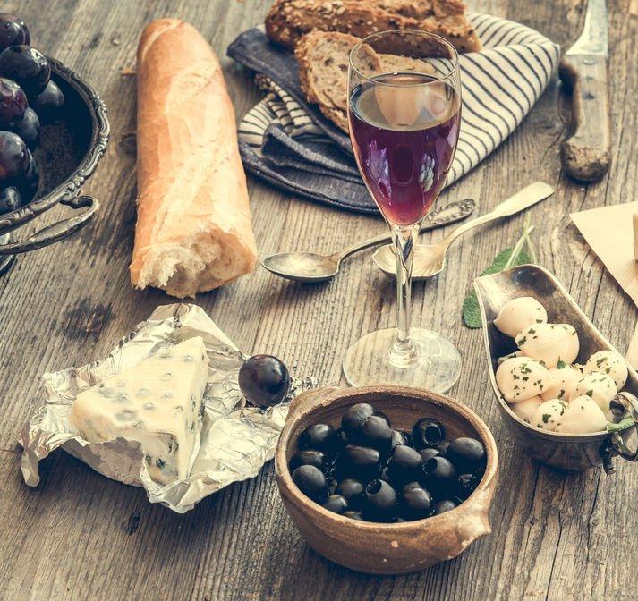 Kuchnia francuska kojarzy się w pierwszej kolejności z serami i winami.