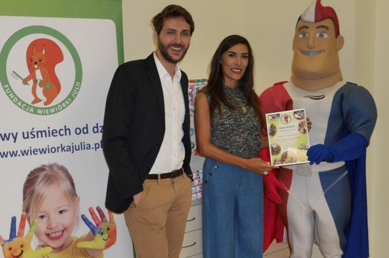 Emma Kiworkowa, wiceprezes Fundacji Wiewiórki Julii i Marcin Cejrowski Ambasador Fundacji podczas przekazania produktów do higieny jamy ustnej dla dzieci.