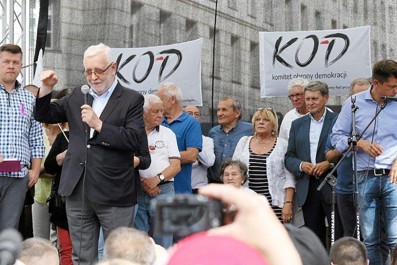 Choć Jerzy Stępień jest już na sędziowskiej emeryturze, za udział w opozycyjnych protestach pełniąca aktualnie funkcję prezesa TK Julia Przyłębska chce go pociągnąć do odpowiedzialności dyscyplinarnej.