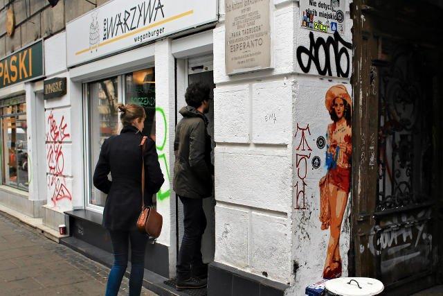 """Zwolnieni pracownicy, którzy zawiązali związek zawodowy, okupują wegańską restaurację """"Krowarzywa""""."""