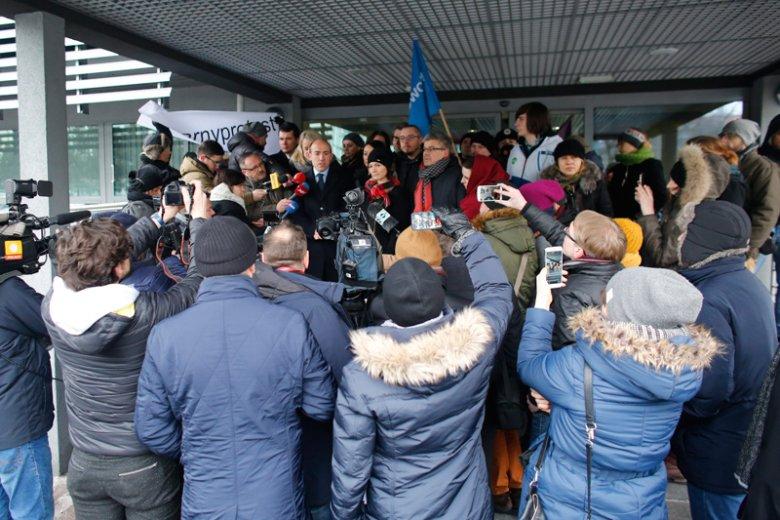 Tłumy przyszły przyglądać się postępowaniu przed komisją dyscyplinarną, na której 10 nauczycielek z Zabrza może zostać ukaranych za ubranie się do pracy na czarno 3 października 2016 roku.