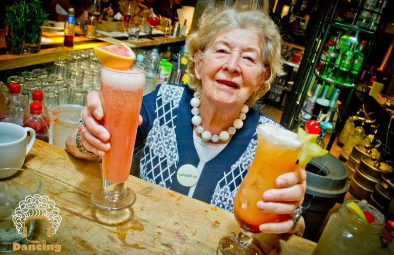 Stenia, 89-letnia seniorka z Dancingu Międzypokoleniowego.