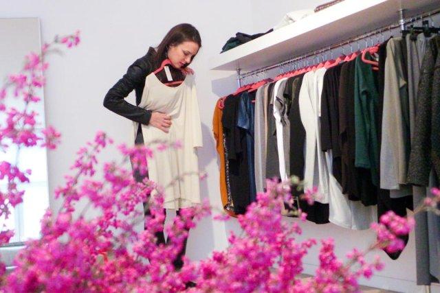 Anna Czartoryska mierzy sukienkę