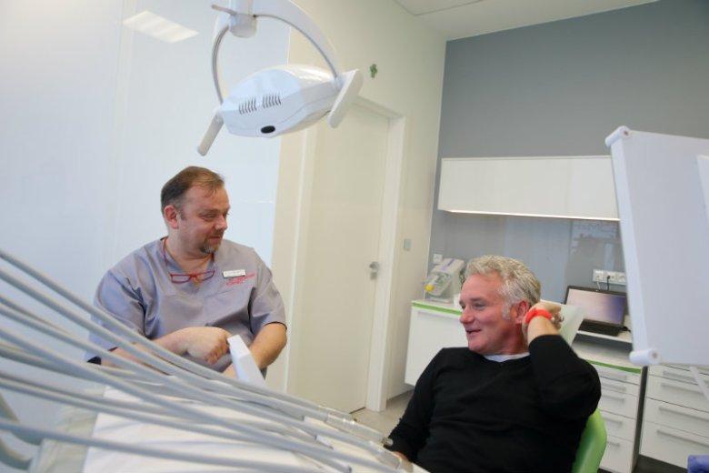 Janusz Skrzypczyński - specjalista chirurgii stomatologicznej i Jarosław Kret