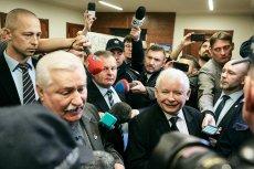 """Lech Wałęsa i Jarosław Kaczyński w gdańskim sądzie. Proces lidera PiS przeciwko historycznemu przywódcy """"Solidarności"""" dotyczy słów Wałęsy na temat rzekomej odpowiedzialności Jarosława Kaczyńskiego za katastrofę smoleńską."""