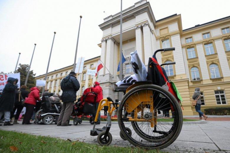 Niewolnicy za 1400 zł miesięcznie. Rodzice niepełnosprawnych dzieci mają dość i kierują dramatyczny apel do rządu. Na zdjęciu – ich protest w 2014 r., gdy premierem była Ewa Kopacz.