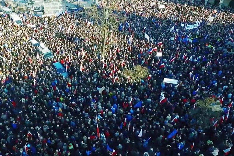 Kolejny filmik bardzo wyraźnie pokazuje, jak wiele osób demonstrowało przeciw ograniczaniu demokracji przez PiS.