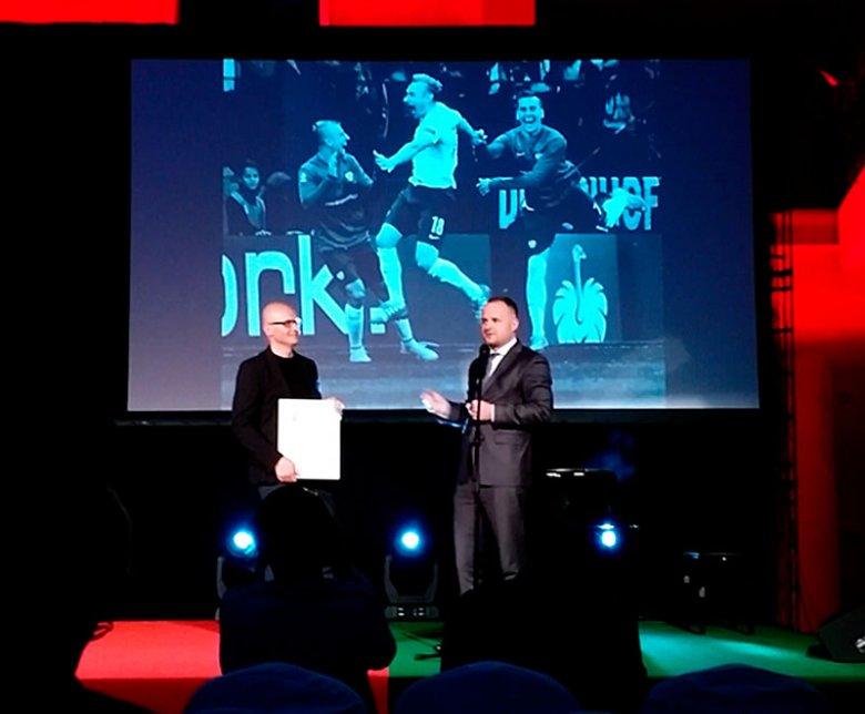 Nagrodę odbieram z rąk Artura Sikory z BZ WBK