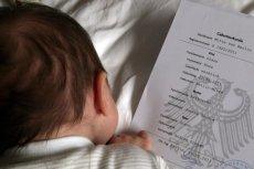 Zdjęcie córeczki Joanny Rajkowskiej, Róży, z certyfikatem urodzenia
