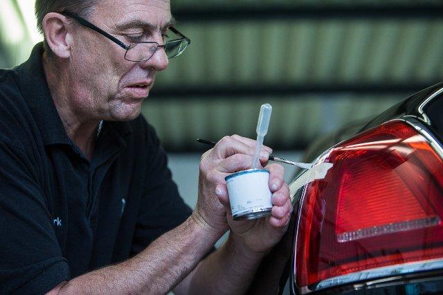 Mark Court pół życia poświecił jednemu zajęciu, odręcznemu malowaniu  linii na limuzynach Rolls-Royce