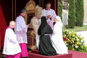 Papież Benedykt XVI podczas mszy beatyfikacyjnej papieża Jana Pawła II w 2011 r.