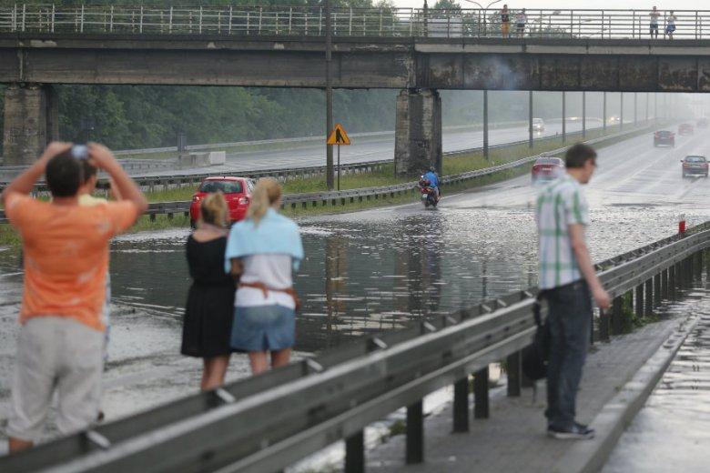 Szykują się gwałtowne burze i ulewne deszcze w wielu regionach Polski we wtorek i środę.