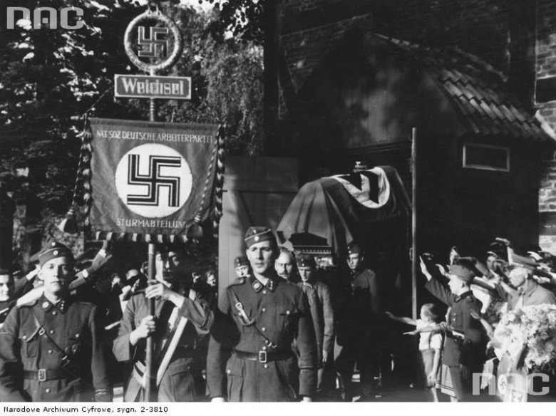 Pogrzeb zabitego 28 sierpnia 1939 roku przez polską straż graniczną, strażnika granicznego SA-manna Johanna Rusch`a, na cmentarzu na Sobieszewie. Pogrzeb był okazją do demonstracji antypolskich nastrojów.