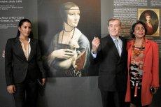 """Tamara Czartoryska (z lewej) i jej ojciec Adam Karol podczas prezentacji """"Damy z gronostajem"""" na Zamku Królewskim na Wawelu."""
