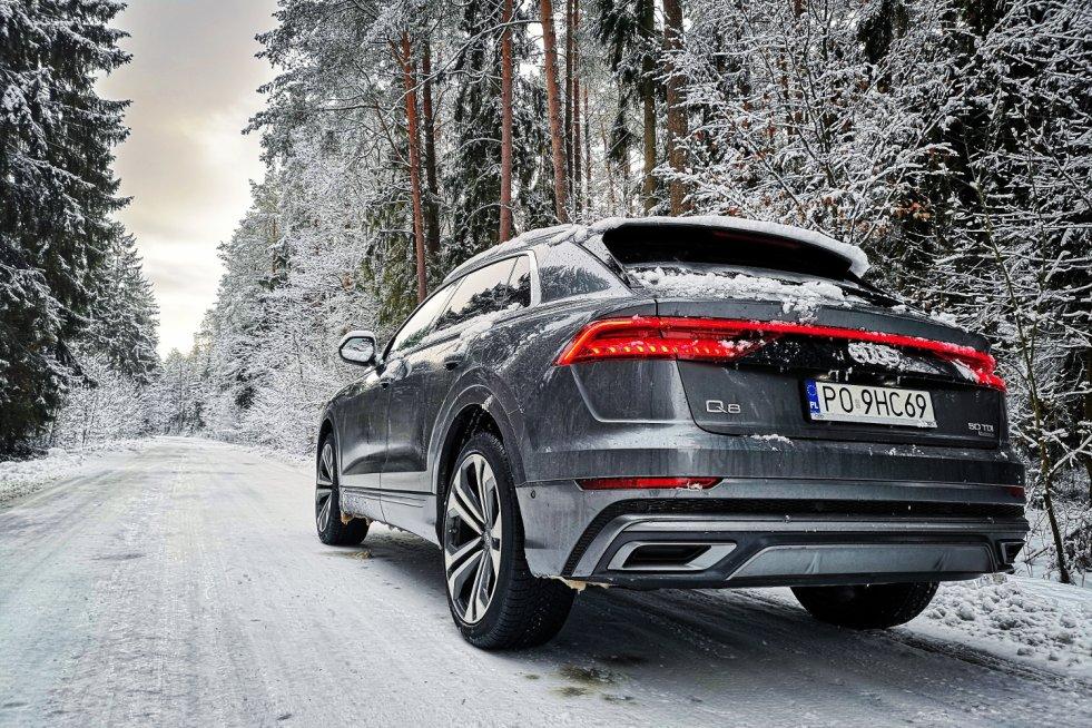 Audi Q8 w zimowej scenerii prezentuje i czuje się naprawdę dobrze.