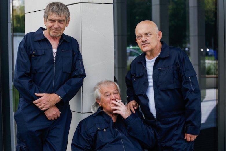 """Od lewej: Lech Dyblik, Marian Dziędziel i Adam Ferency na planie filmu """"Na bank się uda"""""""