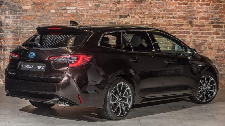 Sport touring wymiarami praktycznie niewiele się różni od plasowanej w segmencie D Toyoty Avensis.