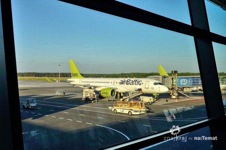 Samolot Air Baltic na lotnisku w Rydze