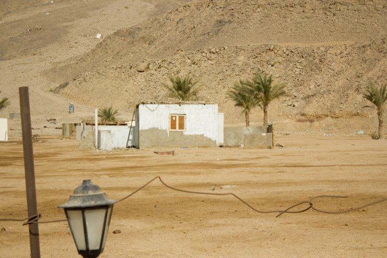 Kolejny domek, w którym mieszkała cała rodzina. Na pierwszym planie widać ogrodzenie hotelu.