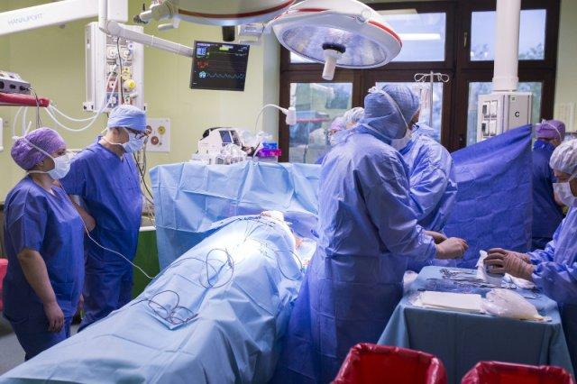 Operacja wszycia kardiowertera - defibrylatora podskórnego.