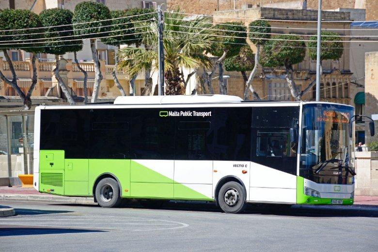Jeden z autobusów kursujących w ramach transportu publiczny na Malcie