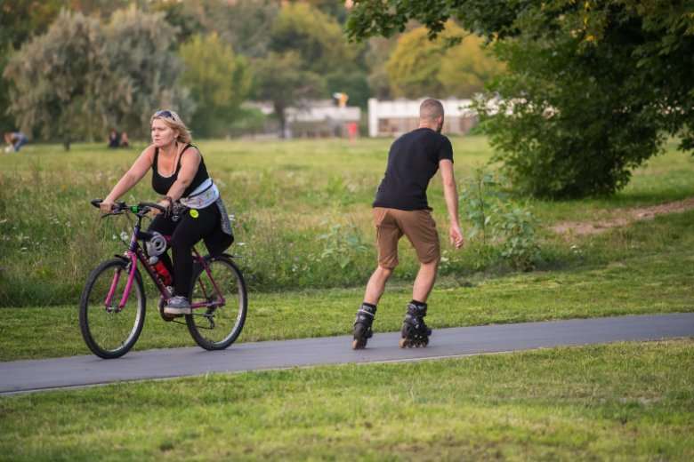 Rolkarze na ścieżkach rowerowych to bardzo popularny widok i zagrożenie. Jakie przepisy ich obowiązują?