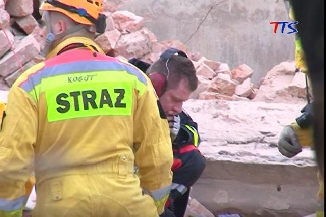 Strażacy w Świebodzicach szukają żywych pod gruzami (marzec 2012).