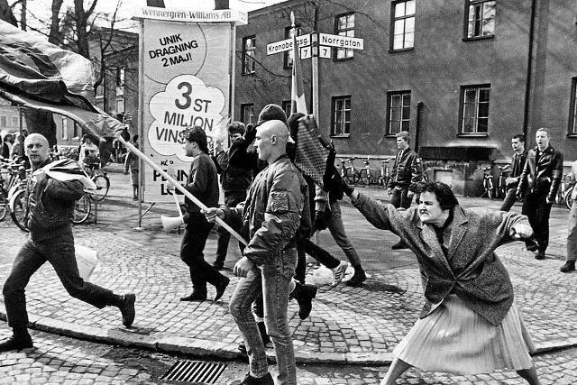 1985 r. Danuta Danielsson uderza torebką skinheada.