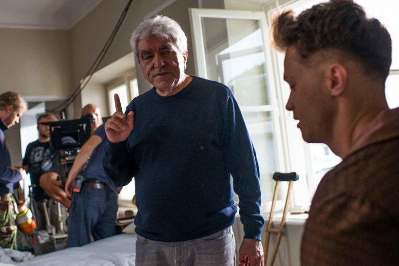 """Na zdjęciu Wiesław Saniewski, pierwszy reżyser """"Dywizjonu"""", który musiał się wycofać z pracy nad filmem ze względów zdrowotnych oraz Maciej Zakościelny, grający rolę pilota Jana Donalda Zumbacha."""