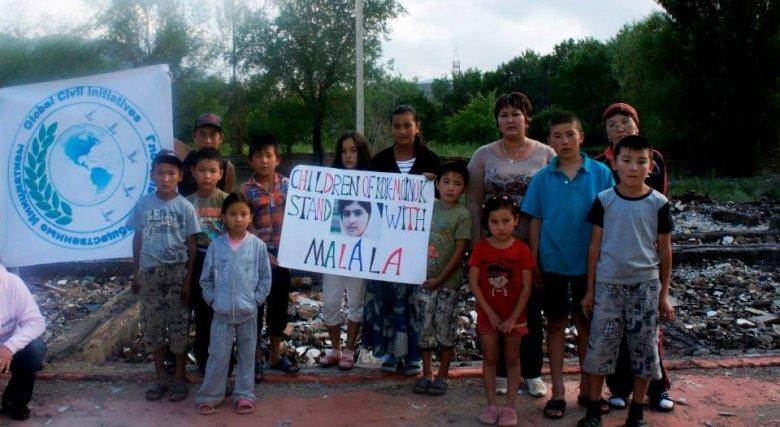 Dzieci z Kok-Moinok w miejscu, gdzie kiedyś stała szkoła