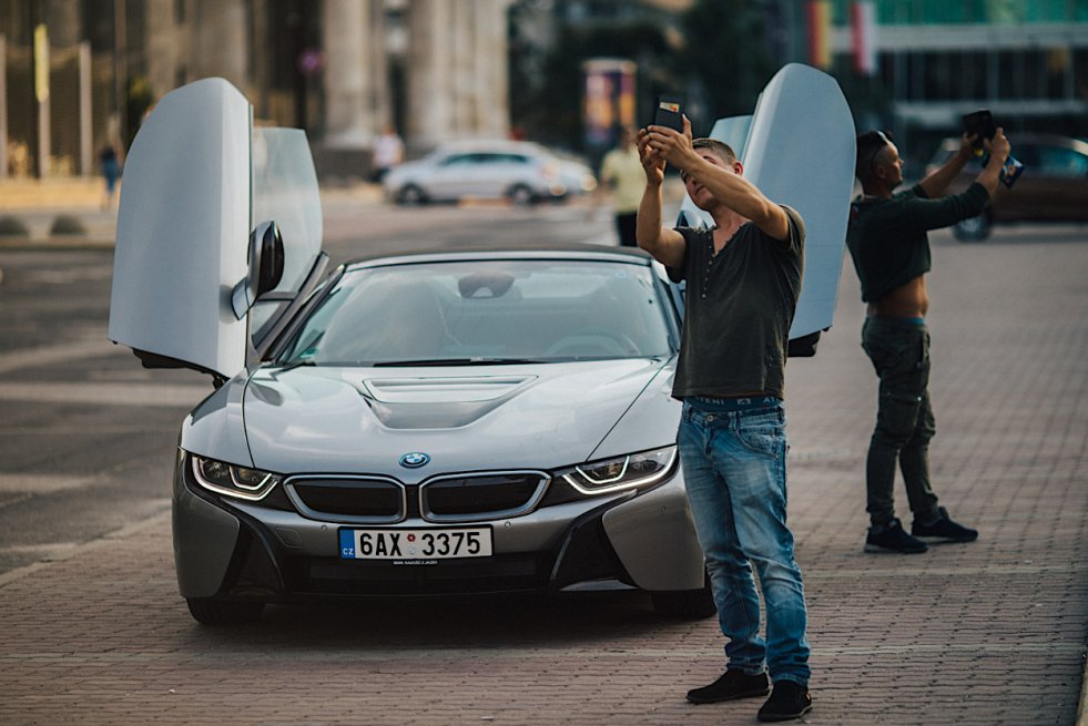 BMW i8 Roadster robi wrażenie wszędzie tam, gdzie się pojawi.
