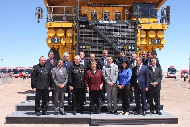 W otwarciu kopalni uczestniczyła m.in. prezydent Chile Michelle Bachalet (Czwarta od lewej w pierwszym rzędzie)