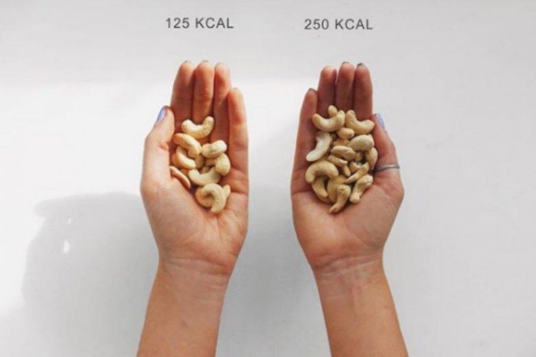 Orzeszki to dobra i zdrowa przekąska. Czasem jednak nie kontrolujemy ilości, która wysypie się z paczki a kilka małych orzechów za dużo robi wielką róznicę!