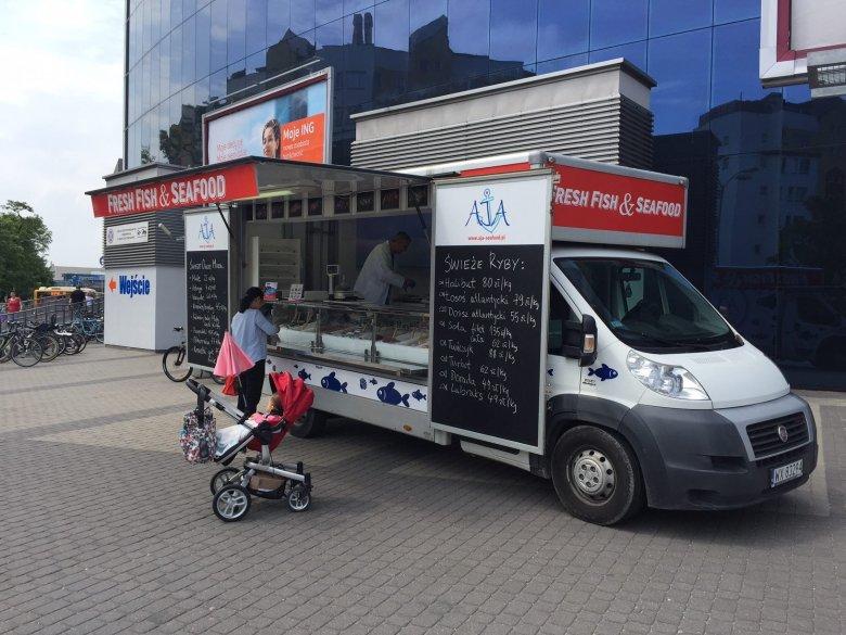 Szukajcie w Warszawie food trucka z morskimi przysmakami od firmy AJA.