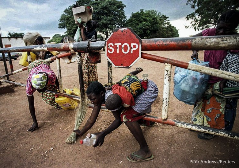 Kongijscy uciekinierzy przekraczają granice z Zambią.