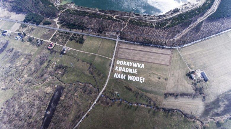 25 marca mieszkańcy terenów zagrożonych działalnością kopalni odkrywkowych węgla brunatnego zgromadzili się w pobliżu wyschniętego koryta Noteci niedaleko Konina i po raz kolejny wyrazili sprzeciw wobec budowy nowych odkrywek. Ponad 250 osób utworzyło łań
