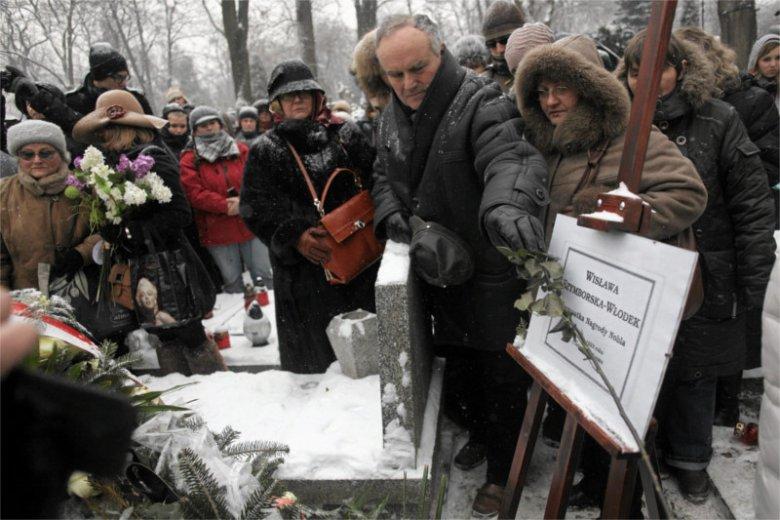 Pisarka Wisława Szymborska też miała świecki pogrzeb na cmentarzu w Krakowie.