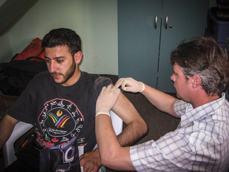 Brytyjski ochroniarz, będący jednocześnie przeszkolonym ratownikiem medycznym zszywa ramie Saada po powrocie z Karbali.