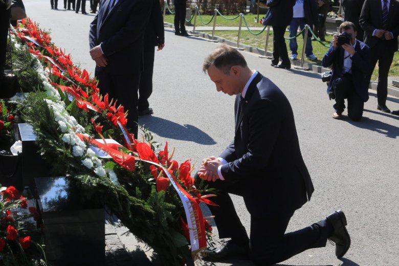Kwiaty są kupowane z wielu okazji. Na zdjęciu podczas składania wieńca w rocznicę katastrofy smoleńskiej.