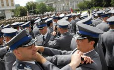 Obchody 90. rocznicy powstania policji połączone z nominacjami oficerskimi kadetów szkoły policyjnej w Szczytnie. Zdjęcie poglądowe.